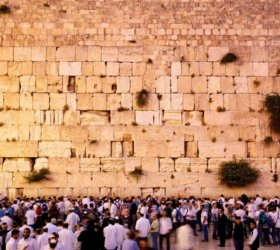 Israel-Crowd_praying_in_the_Wailing_Wall_norm_3203e0ea-b606-40a5-a711-8c303d6ed55d_1024x1024